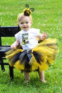 Bebê com saia de tutu preta e amarela.