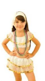 Menina vestida de baiana, com saia e top brancos.