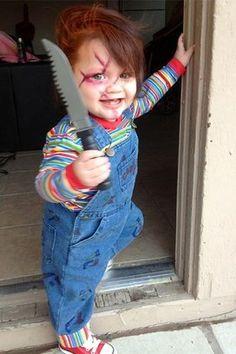 Criança vestida de Boneco Chuck.