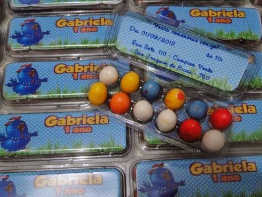Convite com caixinha de pequenos ovos coloridos.