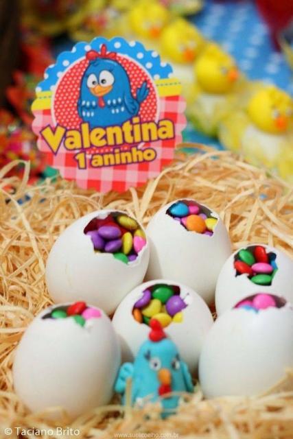 Lembrancinhas em forma de ovo, com confetes dentro.
