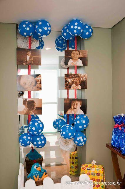 Fotos do aniversariante usadas na decoração, junto com balões azuis.