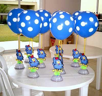 Centros de mesa com display da Galinha Pintadinha e balões.
