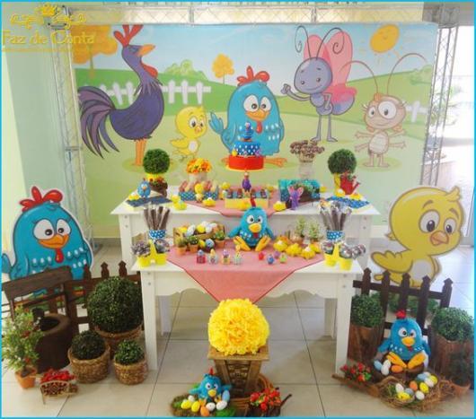 Festa da Galinha Pintadinha com móveis provençais e outros itens rústicos.