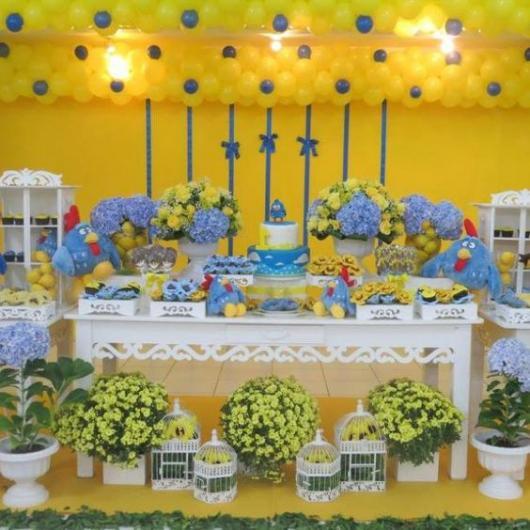 Decoração amarela e azul, com móveis provençais.