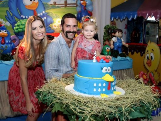 Ator Iran Malfitano, esposa e filha atrás de bolo da Galinha Pintadinha.