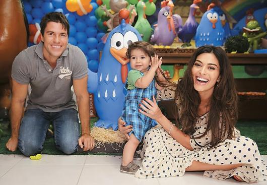 Juliana Paes com marido e filho na festa da Galinha Pintadinha.