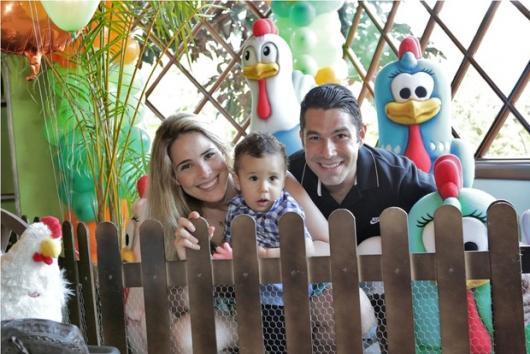 Wanessa com filho e marido na festa da Galinha Pintadinha.