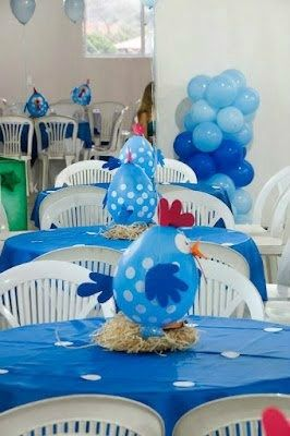 Mesas dos convidados com toalhas azuis e balões da Galinha Pintadinha.