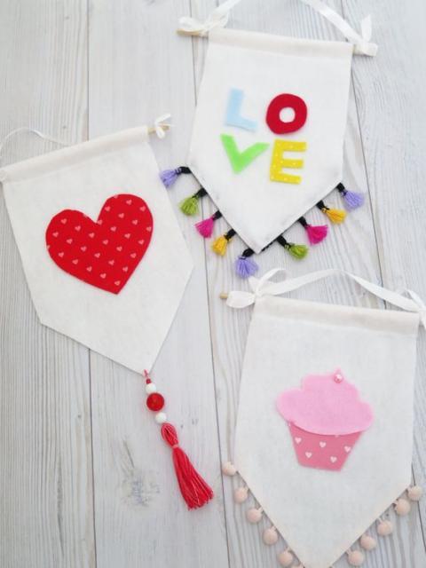 Flâmulas decoradas com a palavra lova, coração e cupcake.
