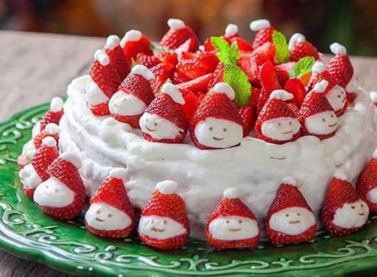 Bolo de Natal simples chantilly branco com morangos