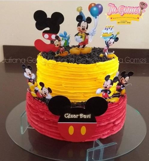 bolo decorado com plaquinhas