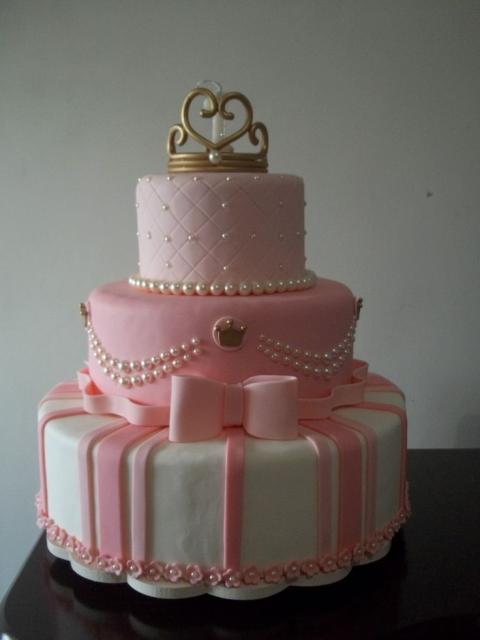 Bolo fake princesa de isopor rosa e branco decorado enfeitado com pérolas e coroa