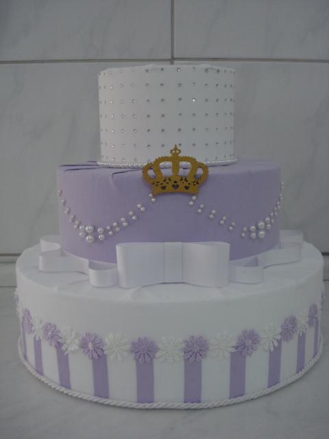 Bolo fake princesa lilás e branco de papelão