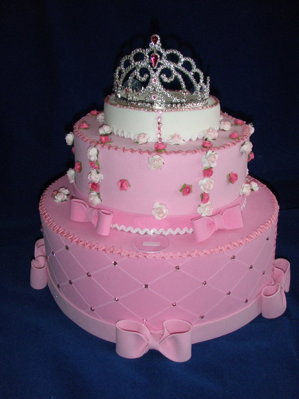 Bolo fake princesa de papelão rosa decorado com flores