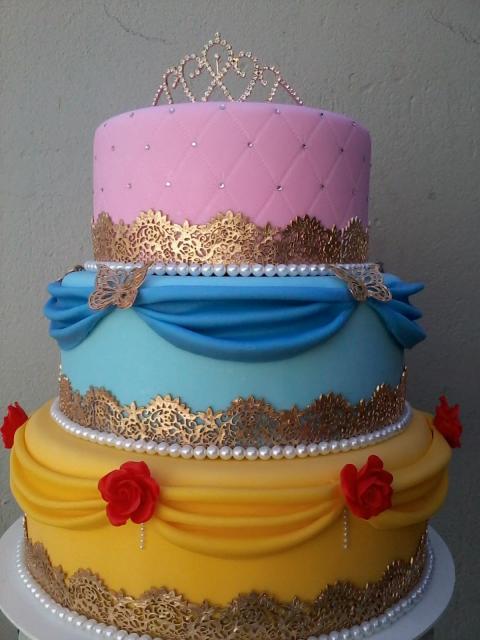 Bolo fake princesa tecido amarelo, azul e rosa