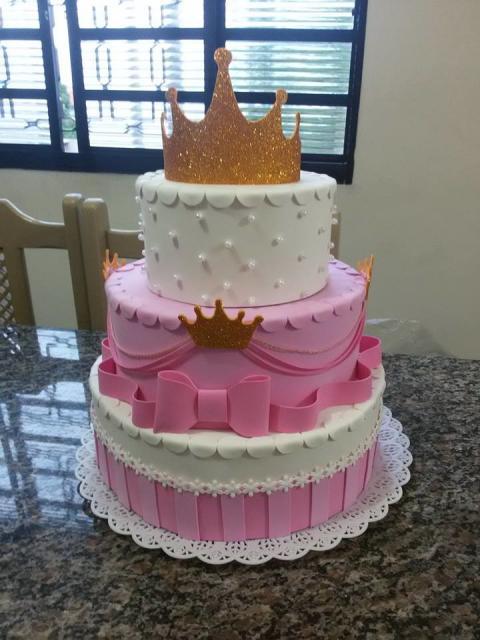 Bolo fake princesa de EVA rosa e branco com pérolas