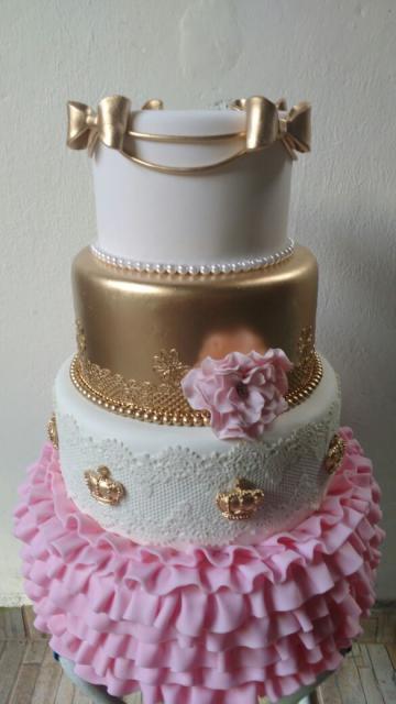 Bolo fake princesa dourado e branco de biscuit