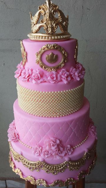 Bolo fake princesa dourado e rosa de biscuit com aplique de pérolas