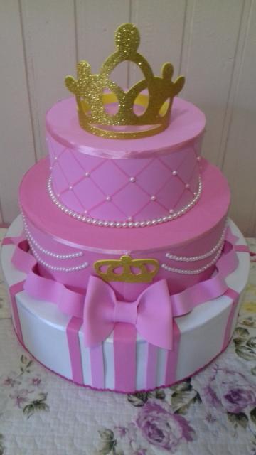 Bolo fake princesa de EVA rosa com aplique de coroa