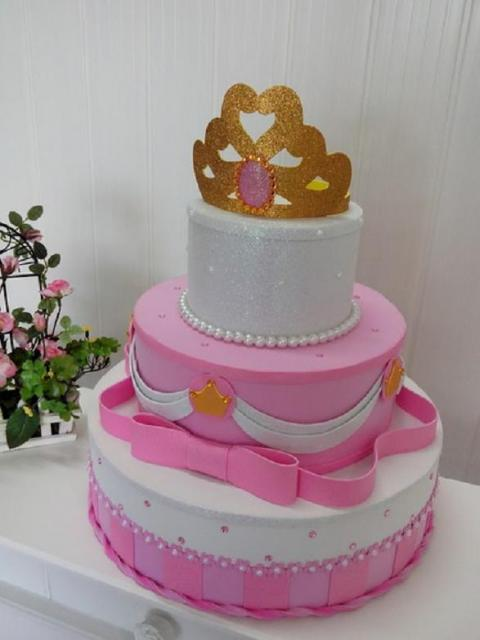 Bolo fake princesa rosa e branco com coroa dourada de EVA
