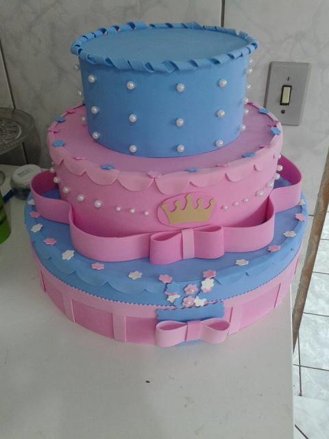Bolo fake princesa rosa e azul com aplique de florzinhas