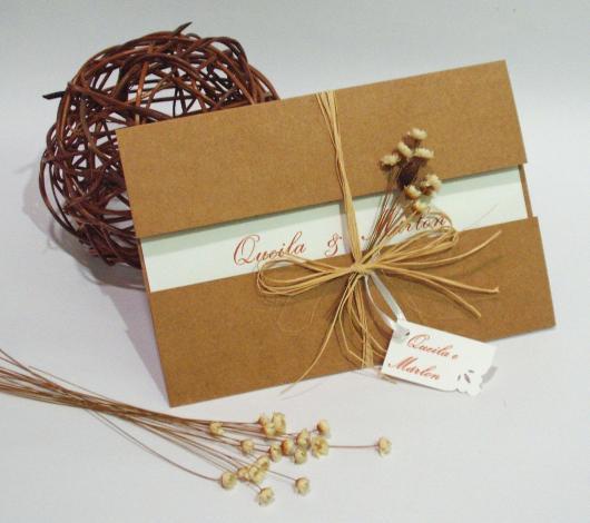 Convites de Noivado Simples rústico com detalhe delicado
