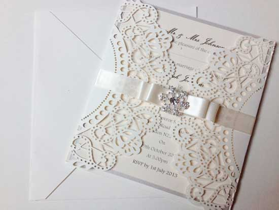 Convites de Noivado Simples arabbesco branco com fita de cetim