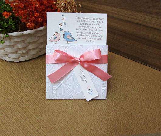 Convites de Noivado Simples ilustrado com pombinhos azul e rosa