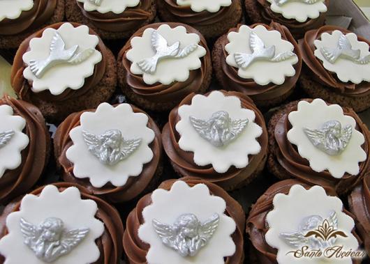 Cupcake para batizado aplique de biscuit anjinho