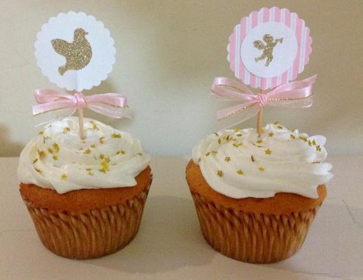 Cupcake para batizado cobertura branco com topper de pomba