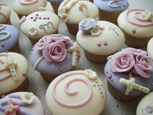 Cupcake para batizado decorado com rosinhas