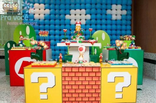 Mesa decorada com o tema Mario Bros.