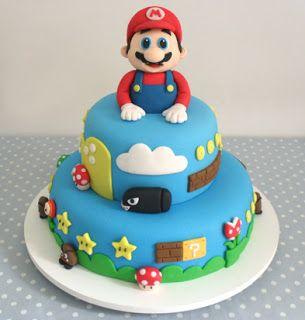 Bolo azul com boneco do Mario no topo.