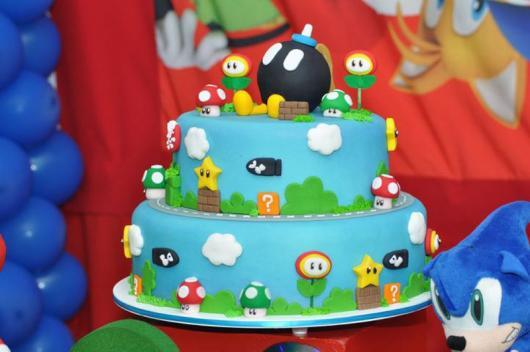 Bolo azul com elementos do Mario.