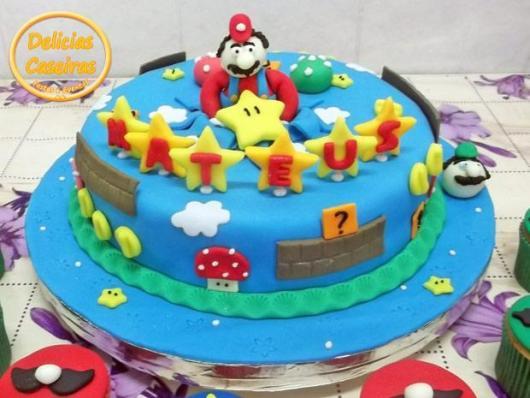 Bolo em pasta americana com itens do cenário do Mario.