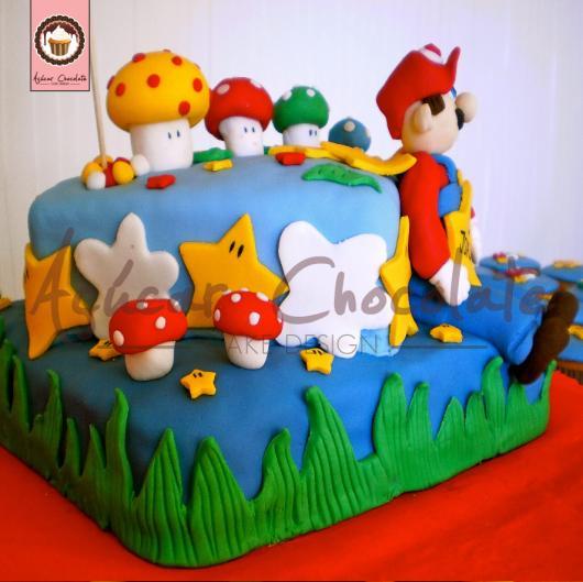 Bolo azul em pasta americana com tema Mario Bros.