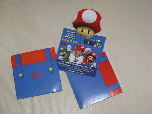 Convite com formato da roupa do Mario Bros.