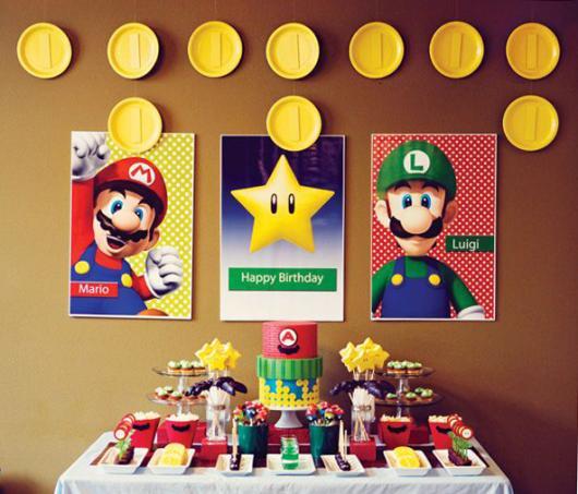 Parede decorada com posters do Mario Bros.