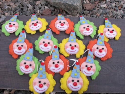 Lembrancinhas com tema circo chaveiro palhacinho colorido
