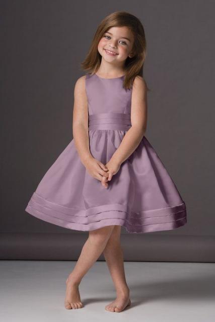 1294ab0bc Na lista de cores de vestido para festa infantil, outra proposta é o modelo  lilás, que neste caso tem saia levemente rodada e é perfeito para ser usado  pela ...