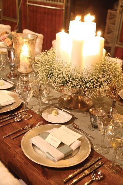 Mesa decorada com arranjo de velas.