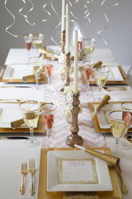 Mesa decorada com as cores branco e dourado.