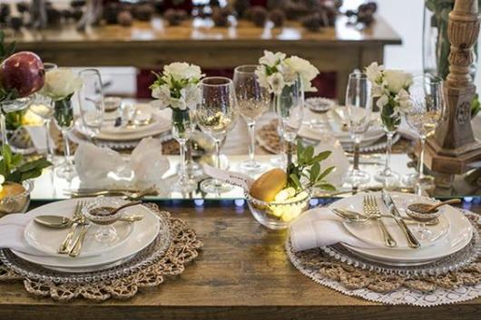 Decoração de mesa com flores brancas.