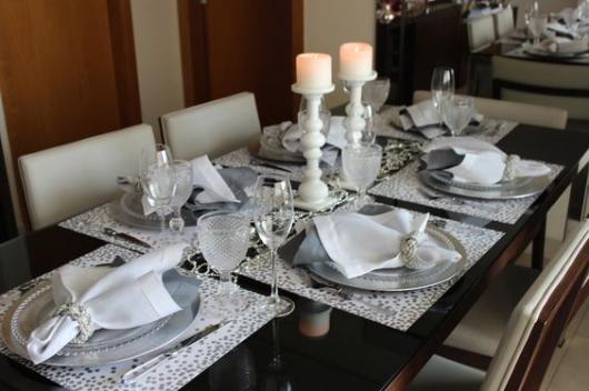 Mesa com itens brancos e pratas.