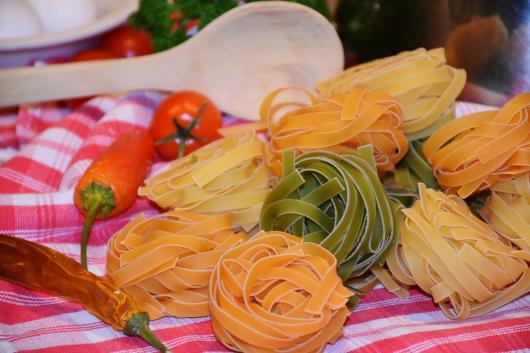 Rolos de macarrão spaghetti.