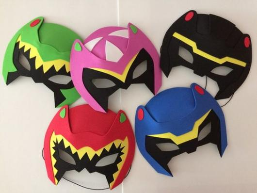 Máscaras de Power Rangers vermelha, azul, preta, rosa e verde.