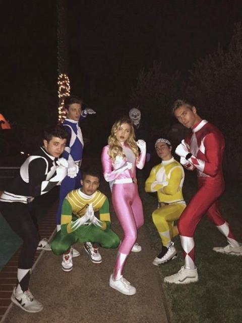 Grupo de amigos vestidos de Power Rangers, com Gigi Hadid de rosa.