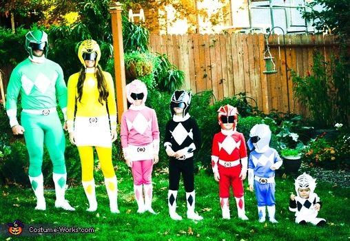 Família vestida de Power Rangers.