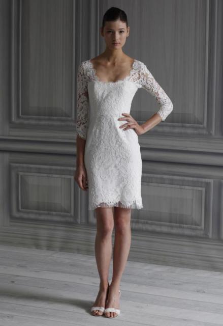 Modelo veste vestido branco meia manga com sapato nude.